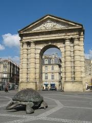 Porte d'Aquitaine -  медленно  но  верно - точно  в  арку