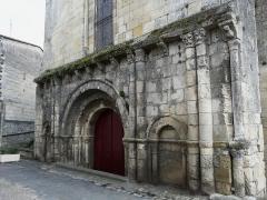 Eglise Notre-Dame - Français:   Portail nord du transept, abbatiale Notre-Dame, Guîtres, Gironde, France