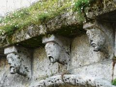 Eglise Notre-Dame - Français:   Modillons du portail nord du transept, abbatiale Notre-Dame, Guîtres, Gironde, France