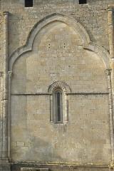 Eglise Saint-Pierre - Deutsch: Kirche Saint-Pierre in Pujols (Gironde) im Département Gironde (Région Aquitaine/Frankreich), Archivoltenfenster