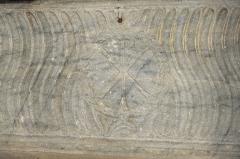 Eglise Saint-Pierre - Deutsch: Kirche Saint-Pierre in Pujols (Gironde) im Département Gironde (Région Aquitaine/Frankreich), Sarkophag, Vorderseite mit Christusmonogramm