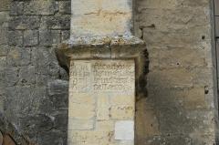 Eglise Saint-Pierre - Deutsch: Kirche Saint-Pierre in Pujols (Gironde) im Département Gironde (Région Aquitaine/Frankreich), Stein mit Inschrift an einem Strebepfeiler neben dem Portal