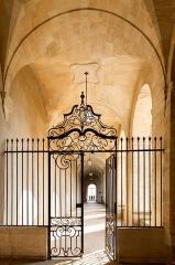 Ancien prieuré bénédictin - English: Grille d'accès au Prieuré.