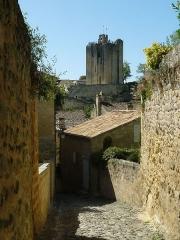 Donjon fortifié, dit Château du Roi - Français:   ruelle et donjon, St-Emilion (33), France