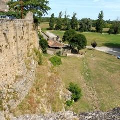 Enceinte fortifiée de la Ville - Français:   Rempart de Saint-Macaire (Gironde) ː ancien lit de la Garonne.