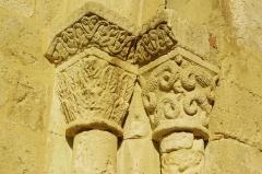 Ancien prieuré d'Arthous - Français:   Abbaye d\'Arthous - Porte ouest de l\'église chapiteaux des colonnes à gauche de l\'entrée