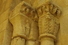 Ancien prieuré d'Arthous - Français:   Abbaye d\'Arthous - Porte ouest de l\'église chapiteaux des colonnes à droite de l\'entrée