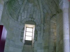 Ancien prieuré d'Arthous - Français:   Abbaye d\'Arthous -intérieur. Abside central et chapiteau doubleau entre la partie droite du chœur et l\'abside.