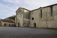Ancien prieuré d'Arthous - Français:   Abbaye d\'Arthous - façade nord de l\'église depuis la cour intérieure et à gauche l\'ancien fournil où se trouvent actuellement des toilettes