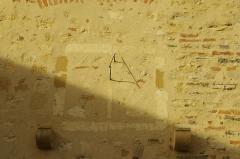 Ancien prieuré d'Arthous - Français:   Abbaye d\'Arthous - cour intérieur, mur sud avec un cadran solaire.