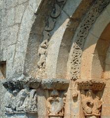 Eglise Saint-Sardos de Laurunque - Français:   Gavaudun - Église Saint-Sardos de Laurenque - Portail occidental: chapiteaux côté nord