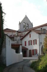 Eglise Saint-Martin -  Ahetze, l'église au détour d'une ruelle