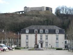Vieux Château de Mauléon - English: The old castle, the town hall and the war memorial on the place des Allées in Mauléon-Licharre (Pyrénées-Atlantiques, France).