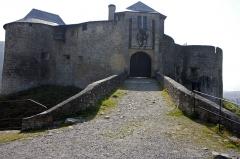 Vieux Château de Mauléon - English:  The doorway defended by a drawbridge..