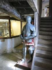 Vieux Château de Mauléon - English: Armour in the kitchen of the castle of Mauléon-Licharre, (Pyrénées-Atlantiques, France).