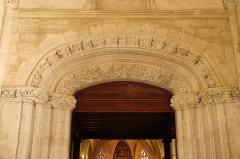 Eglise Saint-Girons - Français:   Voussures sculptées: anges portant les instruments de la passion, feuillages, bandeau sculpté