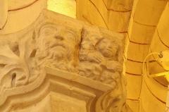 Eglise Saint-Girons - Français:   Visage et personnage avec livre, chapiteau bas côté nord