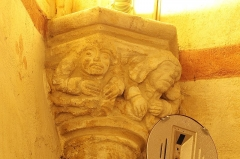 Eglise Saint-Girons - Français:   Deux petits personnages à l\'angle sud-ouest de la nef
