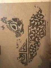 Eglise de l'Assomption de la Bienheureuse Vierge Marie de Taron - Français:   Dans le transept gauche de l\'église de la commune de Taron-Sadirac-Viellenave (Pyrénées-Atlantiques) des mosaïques de la villa gallo-romaine de Taron ont été placées sur les murs.