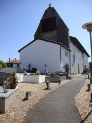 Eglise Saint-Laurent - English: Arbonne (Pyr-Atl., Fr) church with part of cemetery, showing old relocated discoïdal stèles