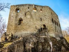 Ruines du château de Spesbourg - Français:   Muraille sud-est du château