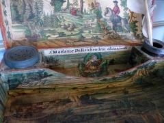 Ancien Hôtel Marco - Français:   Coffret-écritoire du milieu du 18e siècle en carton décoré de collages et dédicacé à Mme de Reichenstein, chanoinesse. Musée de la Folie Marco à Barr (Bas-Rhin).