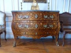 Ancien Hôtel Marco - Français:   Commode Louis XV à marqueterie de fleurs et rinceaux; trois tiroirs dont un tiroir plat, dit \