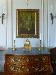Ancien Hôtel Marco - Français:   Commode Louis XV à marqueterie de fleurs et rinceaux; trois tiroirs dont le dernier à gravures. Musée de la Folie Marco à Barr (Bas-Rhin).