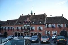 Hôtel de ville - English: Ce très vieux bâtiment, très bien fleuri à cette époque, toujours d'un style très alsacien n'est autre que l'hôtel de ville de la capitale des vins d'Alsace
