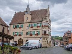 Hôtel de ville -  Cette ancienne résidence du bailli des lieux est un beau monument de la renaissance datant du XVIe siècle et terminée réellement qu'au XIXe siècle et sert maintenant d'hôtel de ville ou de mairie selon de quel coté on le regarde!