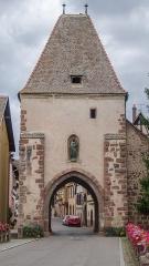 Enceinte fortifiée -  Une des trois portes des remparts de Bœrsch, elle est sur la route lorsqu'on vient d'Obernai ou Rosheim et abrite une statue de la vierge.