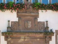 Hôtel de ville - Français:   Détail du portail avant de la Chancellerie (Mairie) de Bouxwiller, Basse Alsace, France