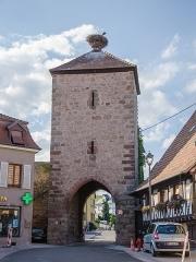 Vestiges des anciennes fortifications -  Dambach-la-Ville conserve à l'heure actuel un système de défense médiéval en très bonne état. En plus d'un mur d'enceinte encore en place à de nombreux endroits, 3 portes-tour de garde sont encore debout pour cadenassé les extrémités du centre-ville.