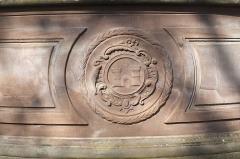 Fontaine aux Abeilles - Deutsch: Brunnenschale mit Wappen in Hagenau im Département Bas-Rhin (Elsass) in der Region Grand Est/Frankreich