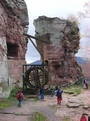 Ruines du château de Fleckenstein - Deutsch: Rekonstruierter Kran in der Burg Fleckenstein.