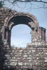 Ruines du château Guirbaden - Deutsch: Burg Girbaden, Palasfenster. vgl. Burg Wildenberg (Odenwald)