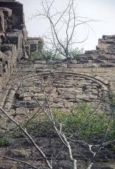 Ruines du château Guirbaden - Deutsch: Burg Girbaden. Vermauerte romanische Fensteröffnung am Palas