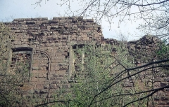 Ruines du château Guirbaden - Deutsch: Burg Girbaden. Palaswand mit vermauerten romanischen Fensteröffnungen
