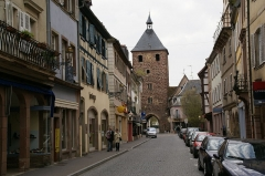 Enceinte médiévale de la ville (vestiges du mur) - English: Porte des Forgerons (Gate of the smiths) and Rue de Strabourg in Molsheim, Alsace, France