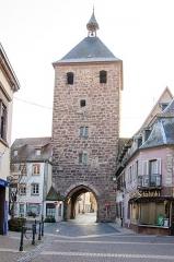 Enceinte médiévale de la ville (vestiges du mur) - English: Belle porte médiévale présente à Molsheim. Elle accueille aussi une cloche de 2 tonnes.