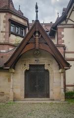Domaine de la Léonardsau, actuellement musée du Cheval et de l'Attelage -  De part cette porte, issue de l'ancienne église paroissiale d'Obernai, de nombreux illustres artistes et politiciens alsaciens sont passés.