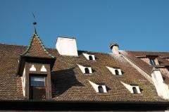 Halle aux blés (anciennes boucheries) - Deutsch: Halle aux blés in Obernai im Département Bas-Rhin in der Region Grand Est (Frankreich), Dach mit Luken und Storchennest