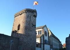 Vieux remparts - English: Le centre historique d'Obernai est entouré de la muraille défensive médiévale sur plus d'1 km, en second plan la Synagogue de la ville