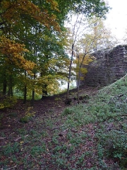 Ruines du château Ochsenstein - English: Wall over the moat between the castle of Petit Ochsenstein and the castle of Grand Ochsenstein, Bas-Rhin, France.