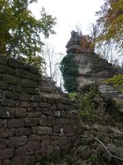 Ruines du château Ochsenstein - English: West courtyard wall and top of keep of the castle of Grand Ochsenstein, Bas-Rhin, France.