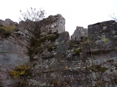 Ruines du château Ochsenstein - English: Grand Ochsenstein castle, Bas-Rhin, France. Stairs from chapel to south building, seen from south building
