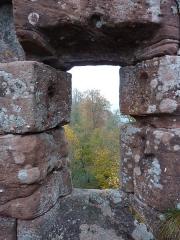 Ruines du château Ochsenstein - English: Grand Ochsenstein castle, Bas-Rhin, France. View from the chapel north window.