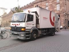Bâtiment de l'Aubette - Français:   Camion poubelle Mercedes-Benz de Veolia Propreté sur la place Kléber, Strasbourg