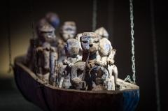 Château d'eau -  Musée Vodou collection Arbogast Strasbourg mai 2014. Barque Todjivu. Population Ewé, Togo. Bois, fer, kaolin, cauris, corde, tissu, verre, pigment bleu, matières sacrificielles.
