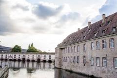 Ancienne commanderie Saint-Jean - English: Depuis le pont de l'abattoir, on peut voir l'Ecole Nationale de l'Administration ainsi que le barrage Vauban.
